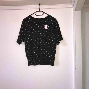 Mitt plagg är en champion t- shirt köpt denna vår och använts cirka 3 gånger. Plagget fungerar på många storlekar allt ifrån s- XL då det beror på hur man vill att den ska sitta👌🏻