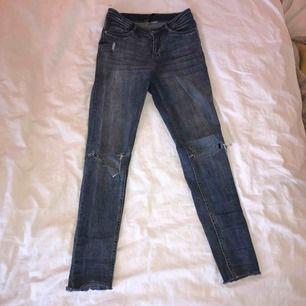 Mitt plagg är ett par denim jeans med slitningar på knän och lite hör och där. Jeansen sitter som en smäck på mig i storleken 34 och passar till näst intill allt👍🏻🙌🏻