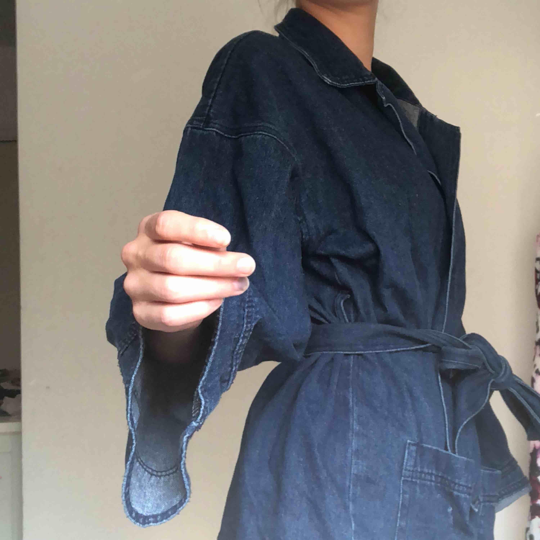 jeanskimono/jacka typ?? säljer matchande jeans till också!!🤩🤩🤩. Jackor.