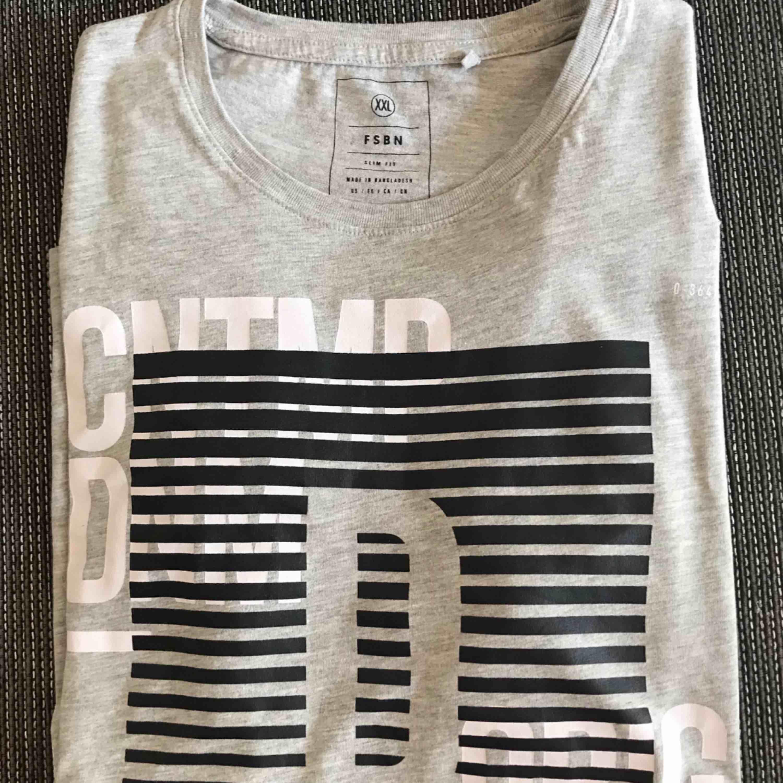 OANVÄND. Storleken är XXL men den är SLIM FIT. T-shirts.