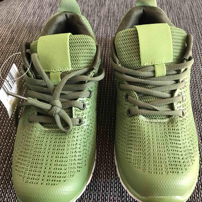 Oanvända sneakers/skor för tjejer. . Skor.