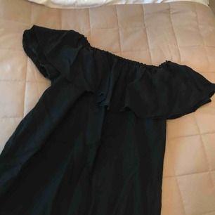 Svart singoallaklänning från Zara, bild 2 är ENDAST för att tydligare få en uppfattning av hur passformen är. Den är helt oanvänd! Kan fraktas eller mötas upp i Stockholm✨