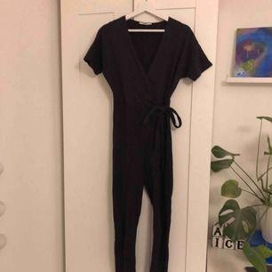 Snygg jumpsuit från Pull&bear med knytning i sidan, raka ben. Aldrig använd så därav fint skick!