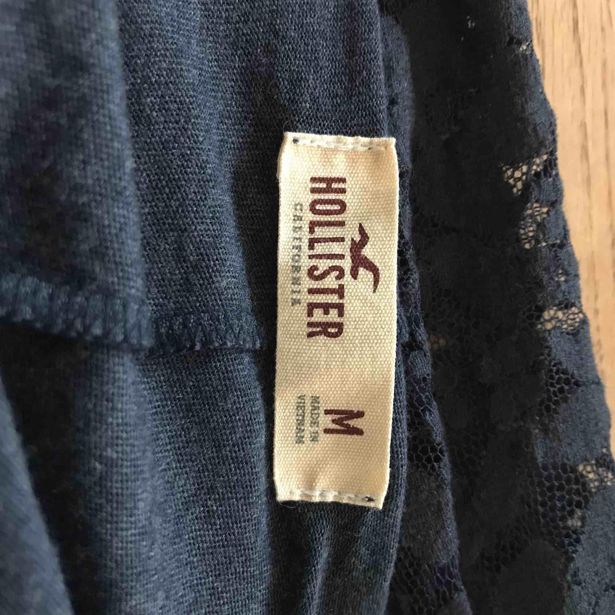 Grått linne med tryck från Hollister. Använd få tal gånger. . Toppar.