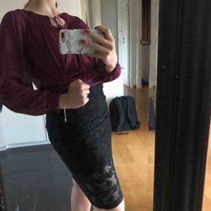 Svart kjol med blommigt spets mönster. Använd max 3 gånger, ny skick.