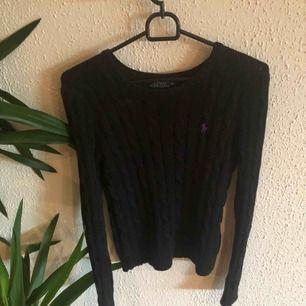 Svart kabelstickad tröja från Ralph Lauren  Strl XS  Köpt för ca 1200kr   Använda några gånger men den är i väldigt bra skick Betalning sker via swish