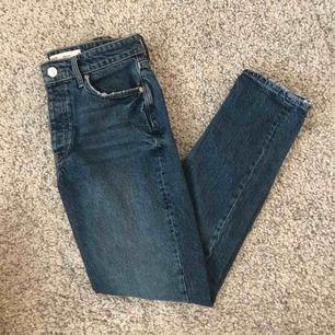 Sienna jeans från Gina tricot som bara är använda 1 gång. Storlek 38/M men passar mig med 36/S också!