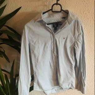 Ljusblå skjorta från Gant  Köpt för ca 1000kr Använde några gånger men den är i väldigt bra skick  Betalning sker via swish och köparen betalar för frakten om frakt tillkommer