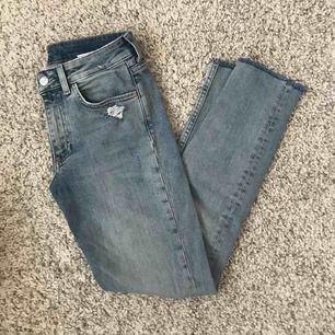 Jeans i skin boyfriend modell. Storlek 25 midja, passar XS