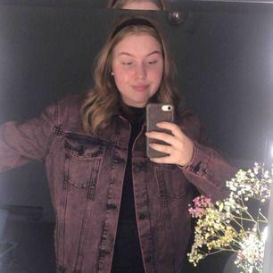 Oversize, rosa, uttvättad jeansjacka. Aldrig använd. Kan mötas upp i Uppsala eller eventuellt Stockholm eller frakta. Frakt brukar ligga på 59kr vilket köparen får stå f