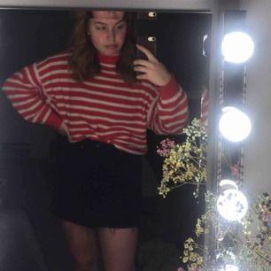 Oversize stickad tröja. Supermysig verkligen. Passar  om man vill klä ut sig till Where's Waldo eller ute och åker båt i GBGs skärgård.