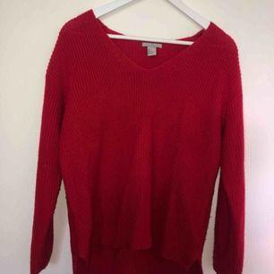 Tunnare röd stickad tröja från H&M i storlek S. Stor i modellen så passar nog M också. Längre bak än fram. Kan mötas upp i Stockholm annars tillkommer frakt till priset.
