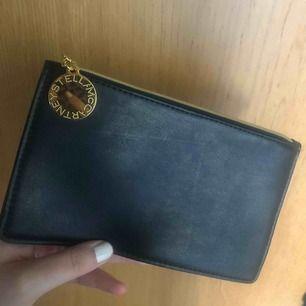 En pouch/plånbok från Stella McCartney (skinnimitation som allt från Stella). Typ helt oanvänd.