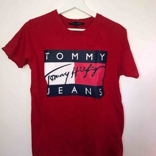 Röd T-shirt med tryck från Tommy Hilfiger. Kan mötas upp i Stockholm annars tillkommer frakt till priset.