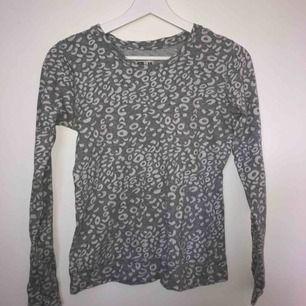 Grå leopardmönstrad långärmad tröja från crocker. Kan mötas upp i Stockholm annars tillkommer frakt till priset.
