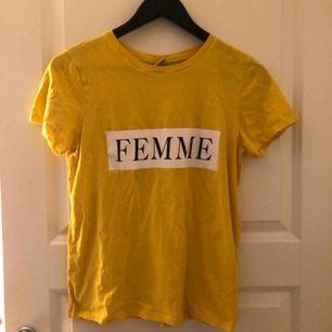 En gul t-shirt från Gina tricot som knappt blivit använd, för mer bilder och info kontakta mig!💞