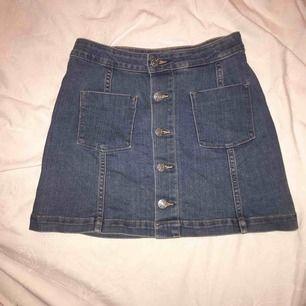 Mitt plagg är en denim kjol från Cubus med fickor och knappar. Kjolen sitter tajt på en i storleken XS men pösigare på en i storleken 146/152 👌🏻