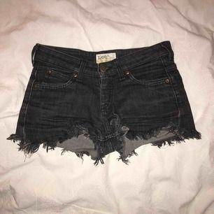 Mitt plagg är ett par hemma gjorda svarta jeans shorts med slitningar. Shortsen sitter tight på en person i storleken XS och kan upplevas som ganska korta men som sitter väldigt fint👌🏻