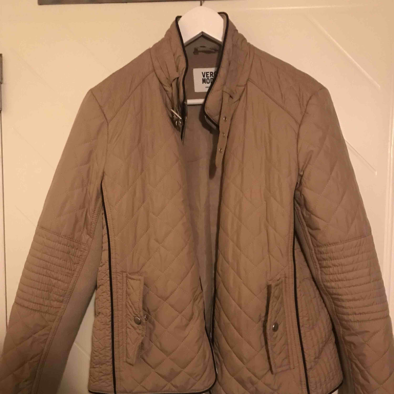 Säljer en beige jacka från Vero Moda, väldigt fin till hösten och våren! Använd ett fåtal gånger! För flera bilder hör av er :). Jackor.