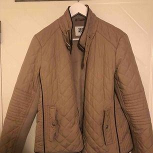 Säljer en beige jacka från Vero Moda, väldigt fin till hösten och våren! Använd ett fåtal gånger! För flera bilder hör av er :)