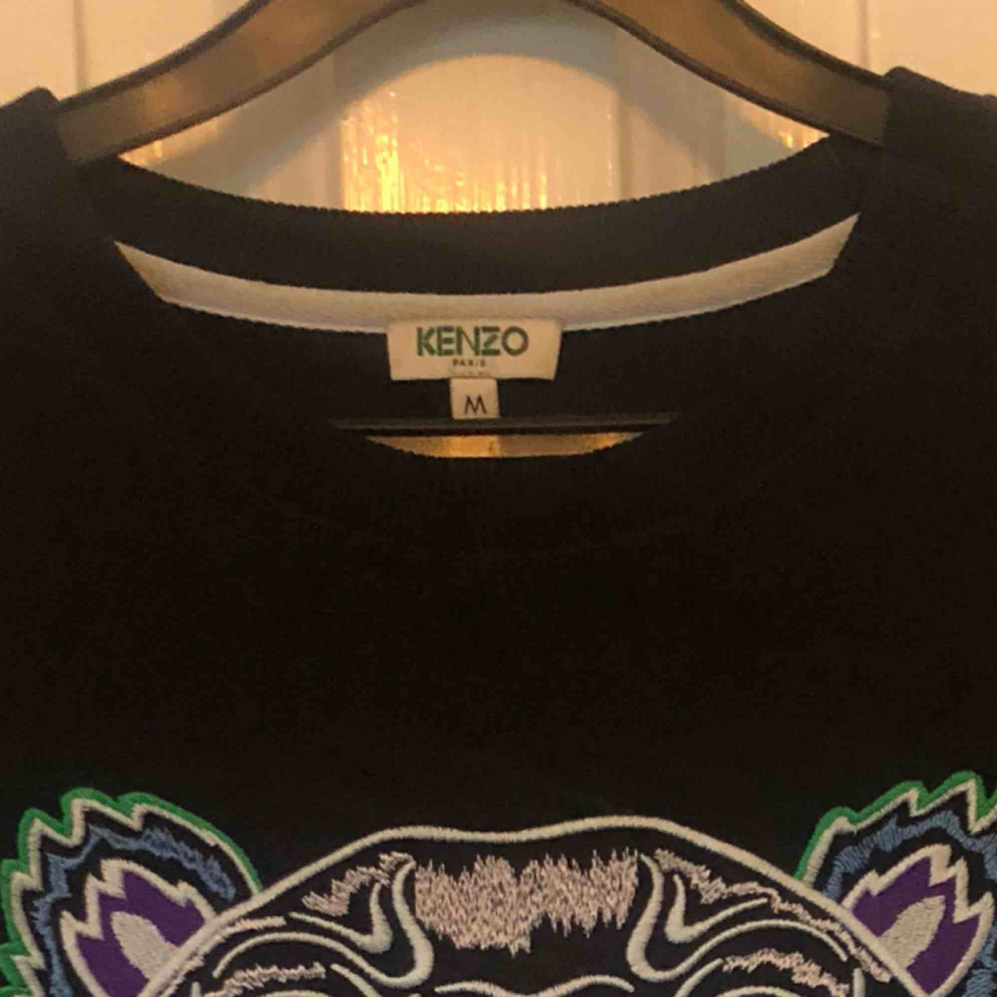 Storlek M men passar mer som en S, tröjan är ungefär 2 år gammal men inte använd mer än 4 gånger💕. Tröjor & Koftor.