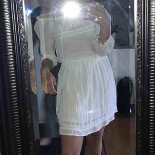 En vit fin sommar klänning från Cubus. Aldrig använd, prislappen kvar. Köpt för 299kr. På bilderna sitter den på mig som vanligt vis har 36 i storlek, så passar både till någon med 34 & 36, beror på hur man vill att den sitter.