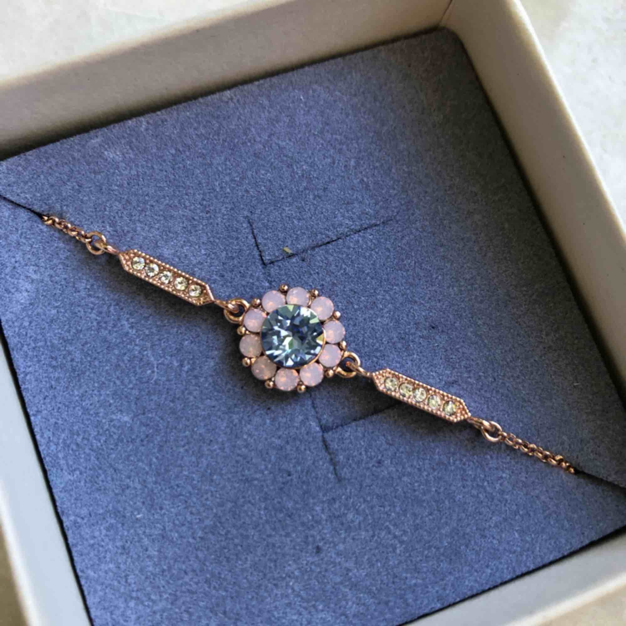 Miss Sofia bracelet silk Lily and rose armband helt oanvänd men väldigt snyggt! 🌸 roseguld . Accessoarer.