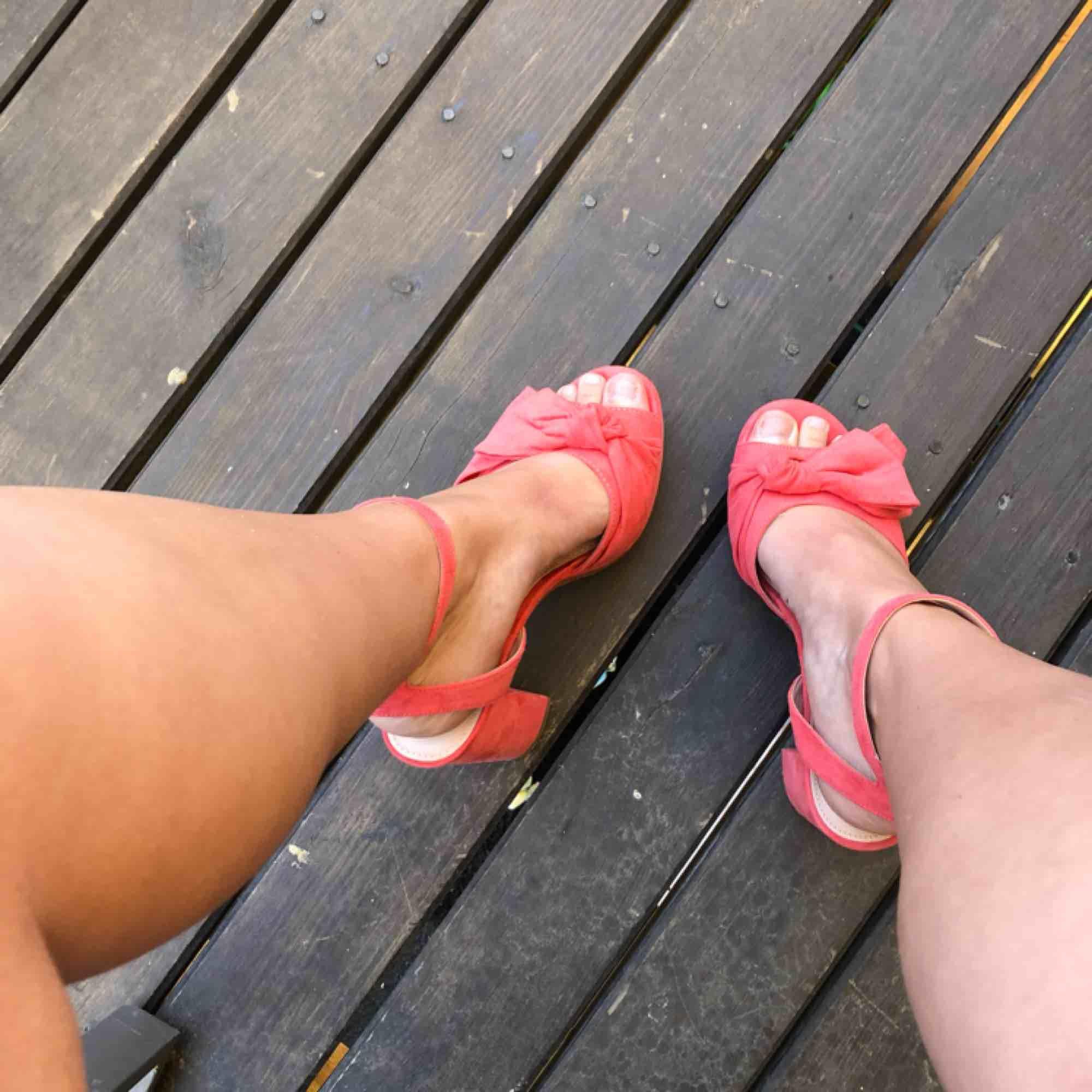 Fina fina klackar inköpta för studenten. Nypris var 600kr från Nilsson shoe. Sitter jätte skönt på fötterna och är ca 10 cm höga. Passar för 38 samt 39. 🌷. Skor.