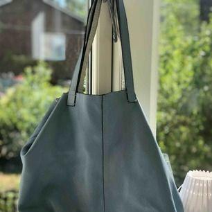 """Väska med en mindre """"necessär"""" i, från &OtherStories. Riktigt läder. Silvrig i och blå på utsidan! Superfin, säljer för att jag behöver ingen större väska! Jättebra kvalité och fint skick."""