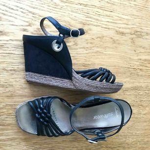 Så gott som oanvända sandaler från Clarks soft wear! Blir bara inte att jag använder dem. Väldigt bekväma och sköna samt stabila!👌🙌 Frakt tillkommer.