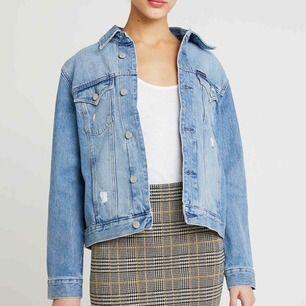 Helt ny jeansjacka från Calvin Klein, tyvärr för stor för mig så det är därför jag säljer den. Prislappar finns kvar.  Köparen står för frakt 🌼