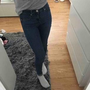 Alex jeans från Gina Tricot i storlek XS/34 passar även xxs/32. Frakt är inkluderat i priset