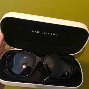 Polariserade solglasögon från Marc Jacobs i modellen MARC 78/S 807/WJ 5716. Köpta på Synsam förra året, sparsamt använda! Nypris på Synsam är 2099 kr.