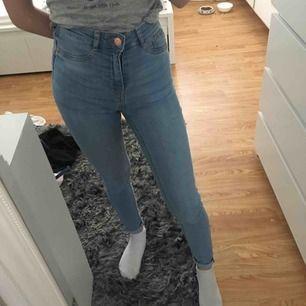 Molly jeans från Gina Tricot i strl XS/34 passar även xxs/32 , frakt är inkluderat i priset