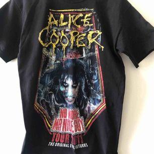 Alice Cooper Tour T-shirt - Trevligt använt skick - Kan hämtas i Uppsala eller skickas mot fraktkostnad