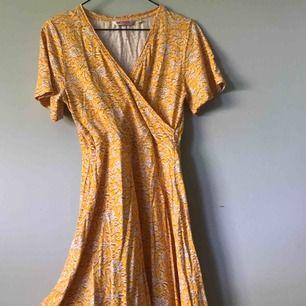somrig gul klänning