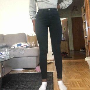 Jag säljer ett par svarta högmidjade tajta jeans. De är köpta på bik bok för 199kr men jag säljer de för 100kr. Storleken är XS, och jag är 160,7cm men avrundar till 161cm lång. Frakt metod kan diskuteras.