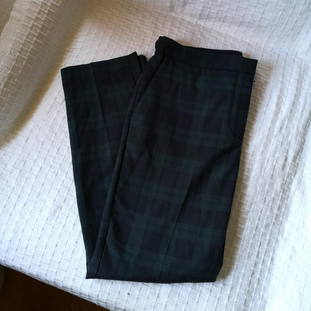 Coola kostymbyxor i pläd från Zara med två fickor fram. Älskar dem så mycket, frustrerande att de är lite för stora för mig. Köparen betalar frakt. . Jeans & Byxor.