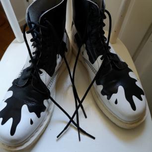 Häftiga docs. Använda en del, tyvärr blir ju vita skor skitiga fort. Vet inte om det finns speciellt medel man kan skrubba dem med för att få dem vitare. Jag har iaf tvättat dem så gott jag kunde med sadeltvål och smörjt in dem. Frakt 100kr