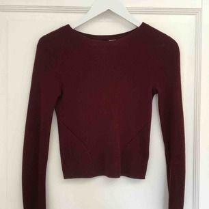 En långärmat tröja som är lite kortare! Jätte snygg vinröd isch färg!  Kostar 50kr + frakt