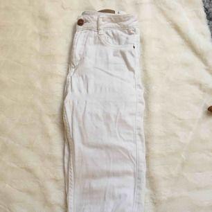 """Ett par helt vanliga vita tajta jeans i modellen """"Molly"""" som är lite högmidjade!  Kostar 30kr + frakt😍"""