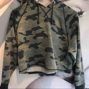 En hoodie från H&M i storlek L, passar dock M å S.
