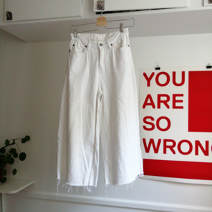 Vita Dr Denim jeans med hög midja och  vida ben. W26 och längden är croppad och passar om man är ca 160cm och vill ha kortare jeans.
