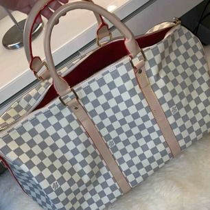 Jättefin Louis Vuitton kopia i färgen beige/vit, aldrig använt den så den är i jättefint skick!