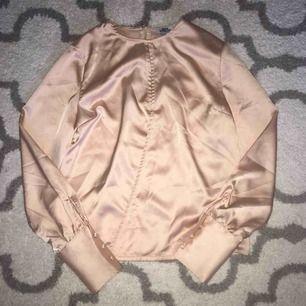 Rosa silkes tröja med slit i mitten, 60kr frakt inräknat