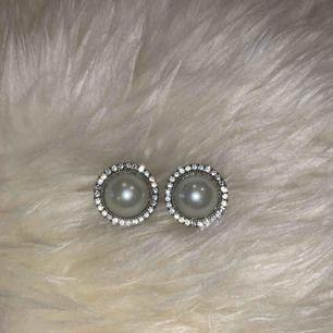 Säljer två par likadana örhängen fast i olika storlekar!