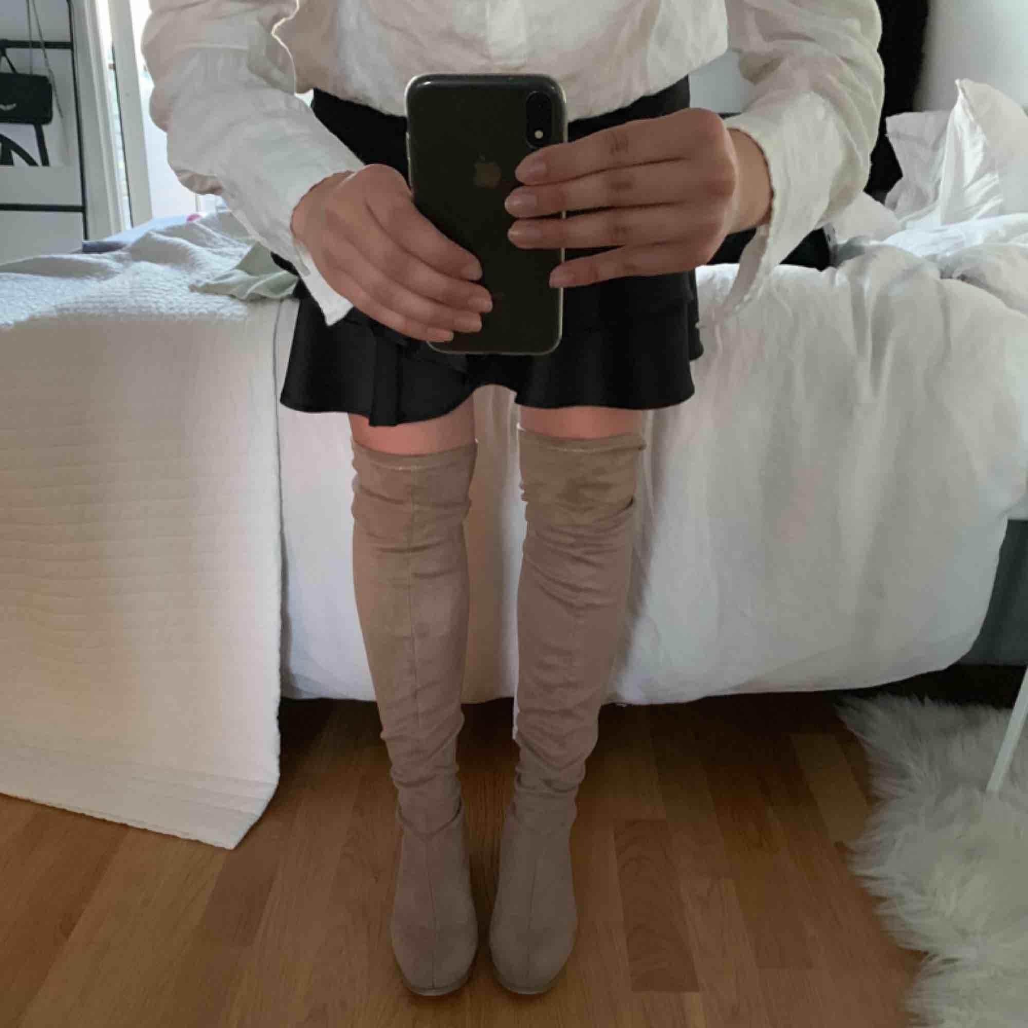 beige overknee boots köpta på nelly förra hösten för 500:-, endast använda 3 ggr och säljs pågrund av att dom inte kommer till användning. kan mötas upp i Göteborg, annars står köparen för frakten :). Skor.