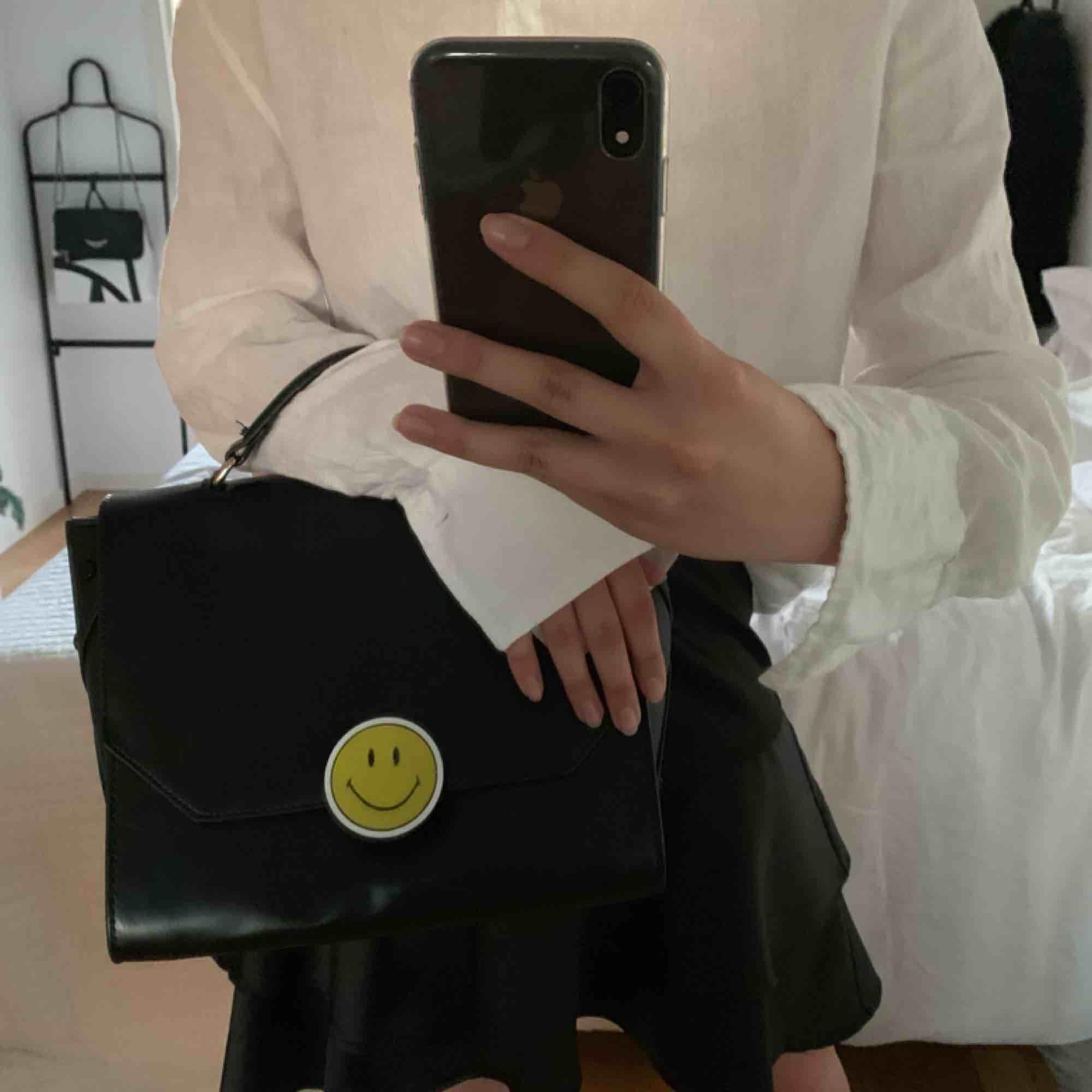 svart top-handle väska i läderimitation köpt på zara förra sommaren för 600:-, endast använd 1 gång och säljs pågrund av att den inte kommer till användning. kan mötas upp i Göteborg, annars står köparen för frakten :). Väskor.