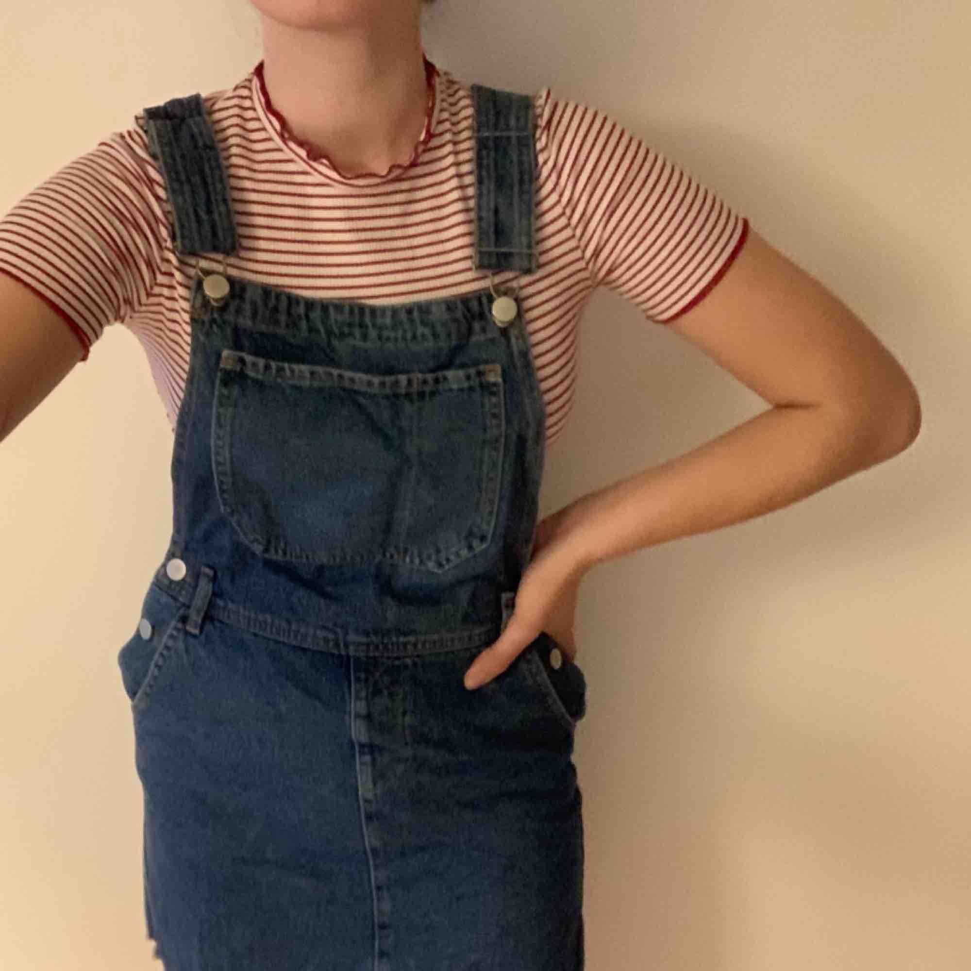 jeans hängselklänning köpt på nakd förra sommaren för 600:-, använd några fåtal gånger och säljs pågrund av att den inte används längre. kan mötas upp i Göteborg, annars står köparen för frakten :). Klänningar.