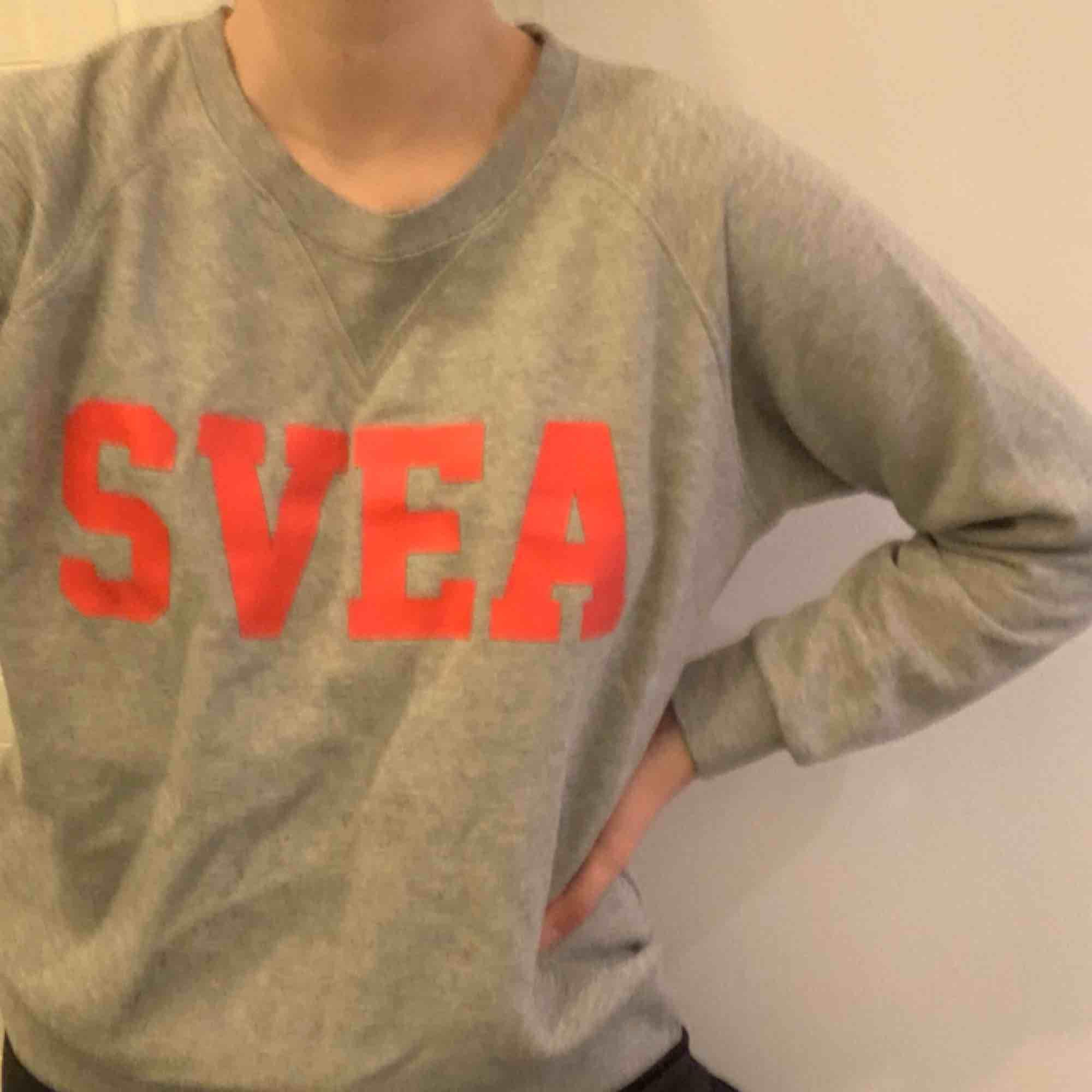 grå svea sweatshirt köpt på svea butiken i göteborg förförra hösten för 700:-, använt skick och säljs pågrund av att den aldrig används längre. kan mötas upp i Göteborg, annars står köparen för frakten :). Tröjor & Koftor.
